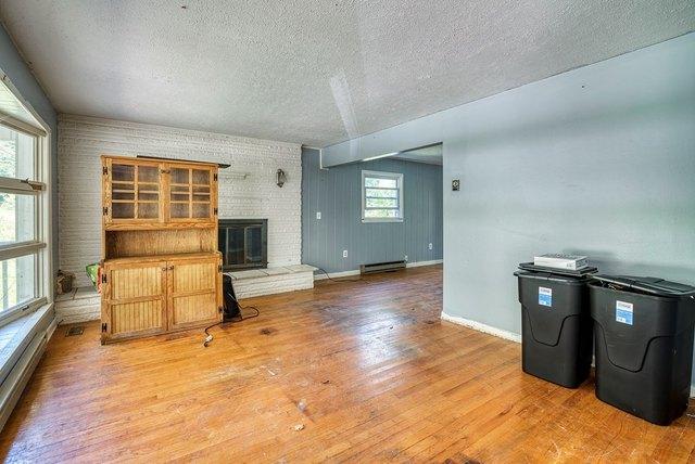 Living room featured at 139 Lick Skillet Rd, Saltville, VA 24370