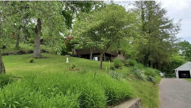 Yard featured at 706 Viewmont Dr, Charleston, WV 25302