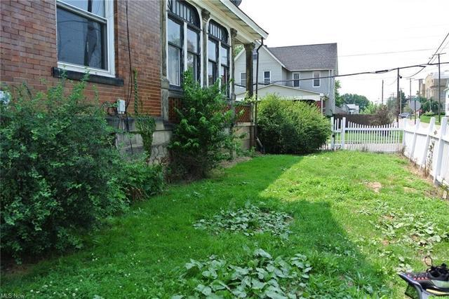 Yard featured at 700 Garfield Ave SW, Canton, OH 44706