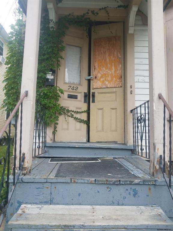 Porch featured at 742 Eastern Ave, Schenectady, NY 12308