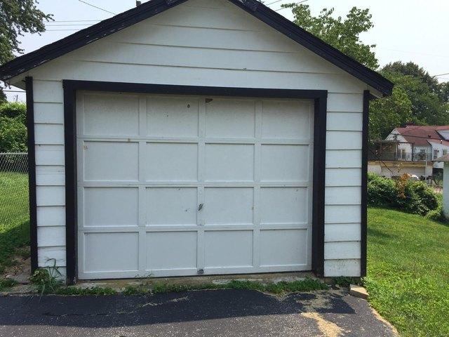 Garage featured at 14 S 88th St, Belleville, IL 62223