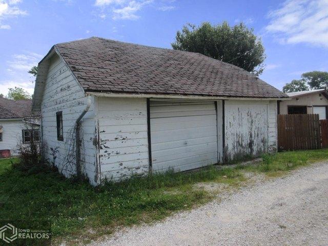 Garage featured at 1622 Palean St, Keokuk, IA 52632