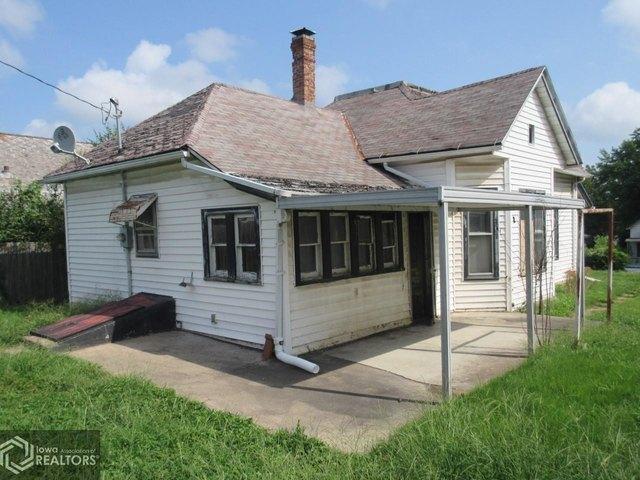 Porch yard featured at 1622 Palean St, Keokuk, IA 52632