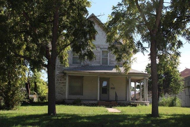 Porch yard featured at 204 E 5th St, Concordia, KS 66901