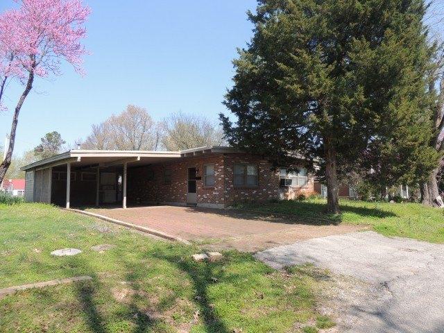 Porch yard featured at 102 E Church St, Pocahontas, AR 72455