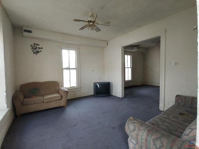 Living room featured at 605 S Washington St, Clinton, MO 64735