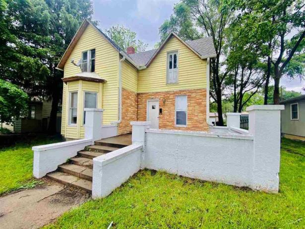 House view featured at 611 Crawford St, Clay Center, KS 67432