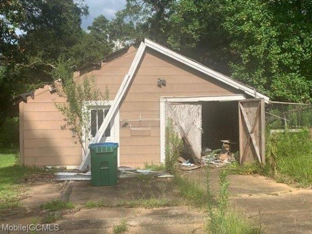 Garage featured at 19230 Rowe St, Citronelle, AL 36522