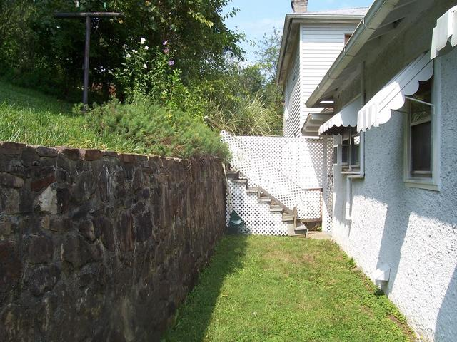 Yard featured at 625 Thornton Ave, Clifton Forge, VA 24422