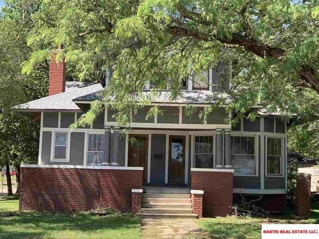Porch yard featured at 700 Elk St, Beatrice, NE 68310