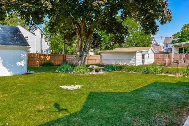 Yard featured at 921 Greenfield Ave SW, Canton, OH 44706
