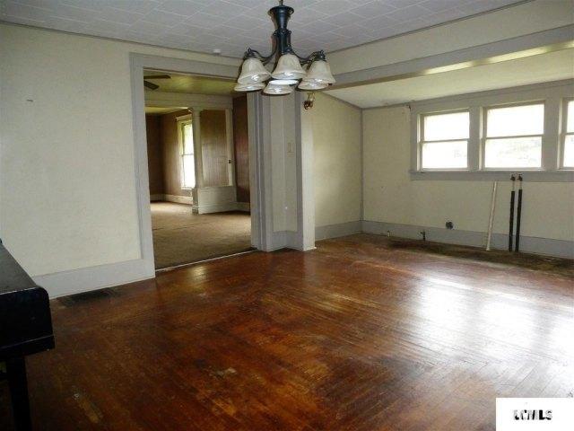 Living room featured at 107 NE Church St, Atlanta, IL 61723