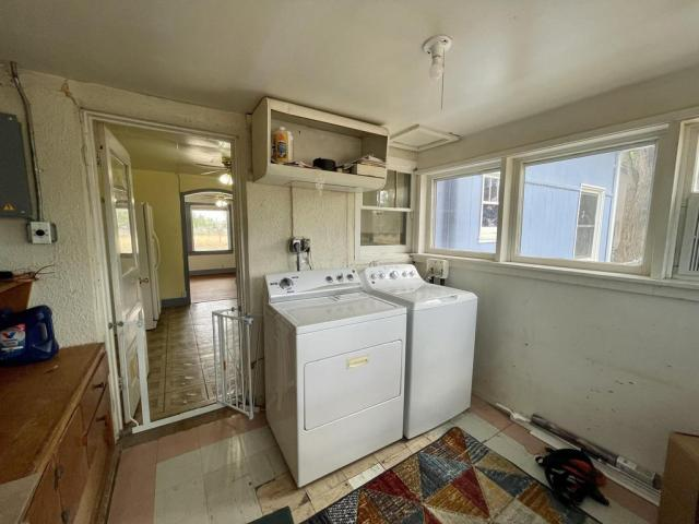 Laundry room featured at 512 Hopewell Ave, Estancia, NM 87016