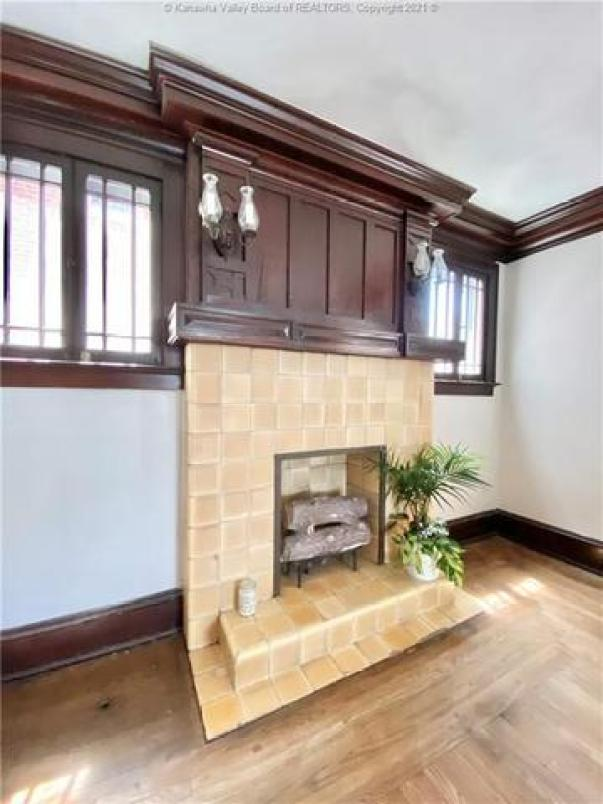 Living room featured at 1572 Dixie St, Charleston, WV 25311