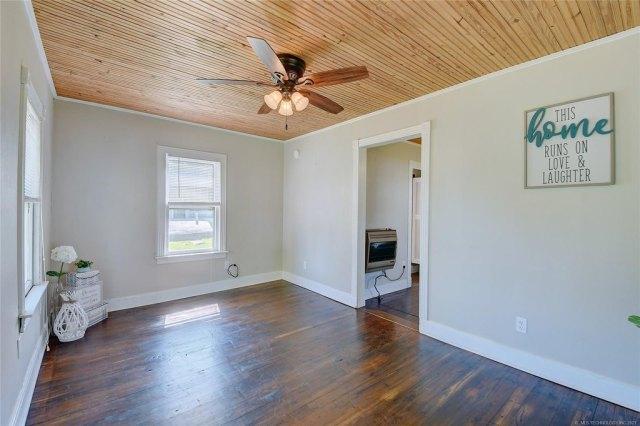 Living room featured at 103 Seminole St, Marietta, OK 73448