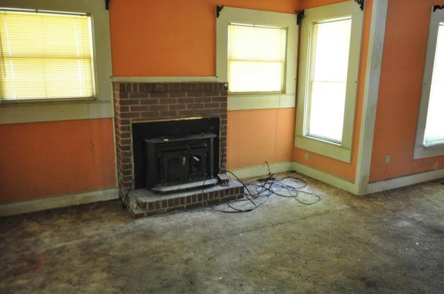 Living room featured at 404 W Sultana Dr, Fitzgerald, GA 31750