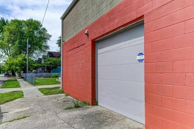 Garage featured at 300 W Allen St, Springfield, IL 62704