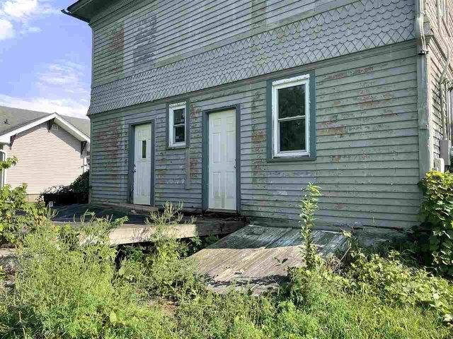 Porch yard featured at 329 E Main St, Hawkeye, IA 52147