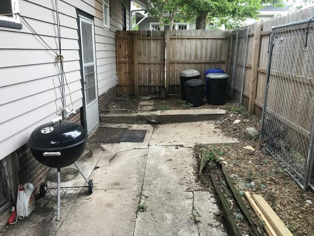 Yard featured at 309 Churchill St, Rockford, IL 61103