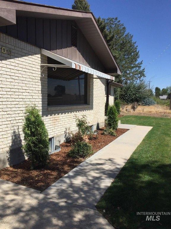 Porch yard featured at 1900 E Deer Flat Rd, Kuna, ID 83634