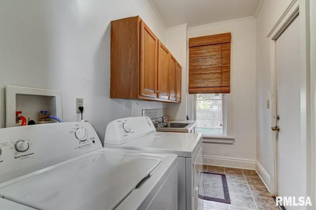 Laundry room featured at 809 S 4th St, Springfield, IL 62703