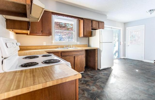 Kitchen featured at 132 Cold Springs Dr, Appalachia, VA 24216