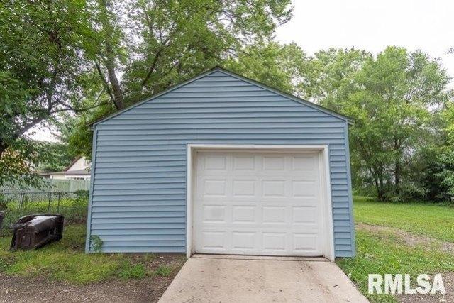 Garage featured at 621 Vine St, Peoria, IL 61603