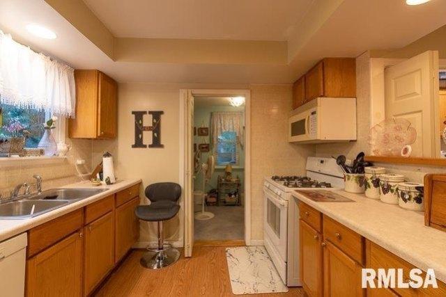 Kitchen featured at 621 Vine St, Peoria, IL 61603