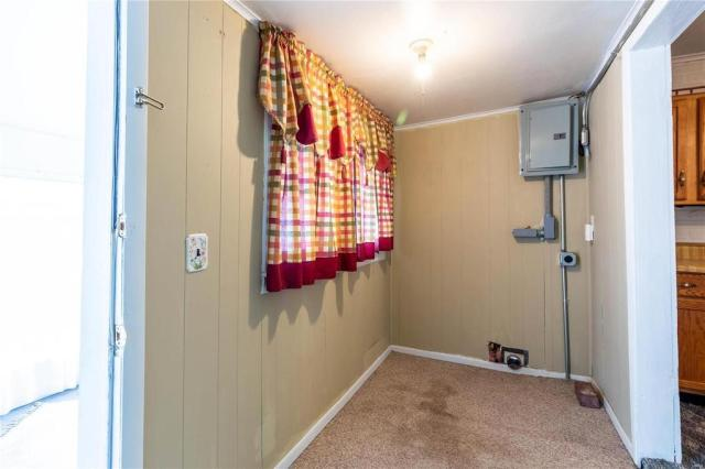 Laundry room featured at 709 S Washington St, Du Quoin, IL 62832