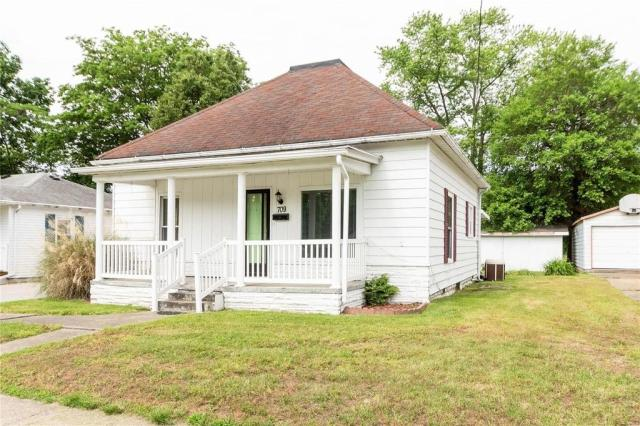 House view featured at 709 S Washington St, Du Quoin, IL 62832