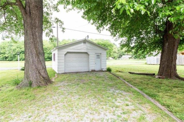 Garage featured at 709 S Washington St, Du Quoin, IL 62832