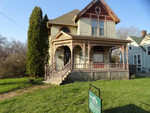Porch yard featured at 1151 E Main St, Galesburg, IL 61401