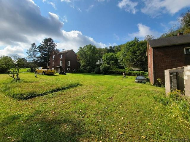 Yard featured at 413 Prosser St, Johnstown, PA 15901