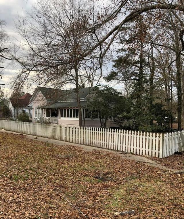 Yard featured at 93 E Pine St, Pachuta, MS 39347
