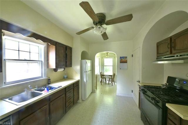 Kitchen featured at 208 Berkshire Dr, Youngstown, OH 44512