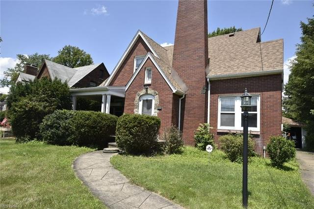 Yard featured at 208 Berkshire Dr, Youngstown, OH 44512