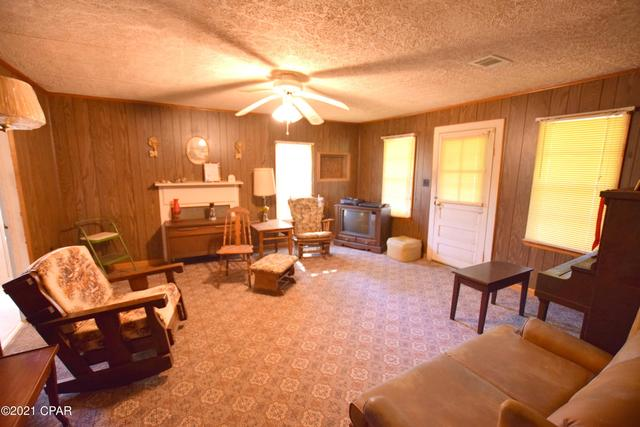 Living room featured at 660 Corbin Rd, Chipley, FL 32428