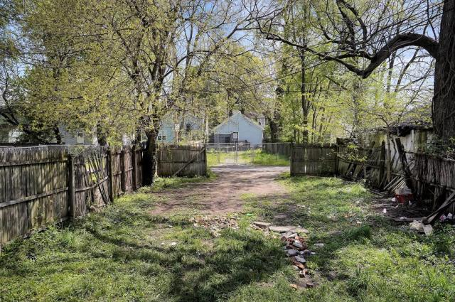 Yard featured at 1359 Olive St, Louisville, KY 40211