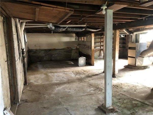 Garage featured at 126 E 5th St, Trenton, MO 64683