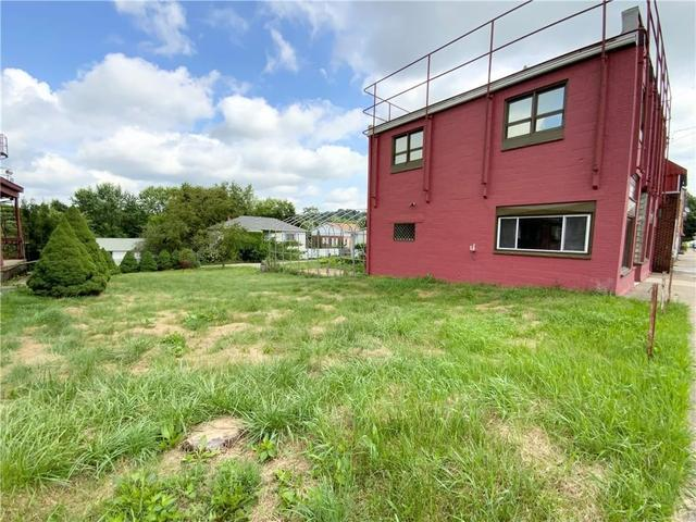 Yard featured at 386 Deer Ln, Rochester, PA 15074