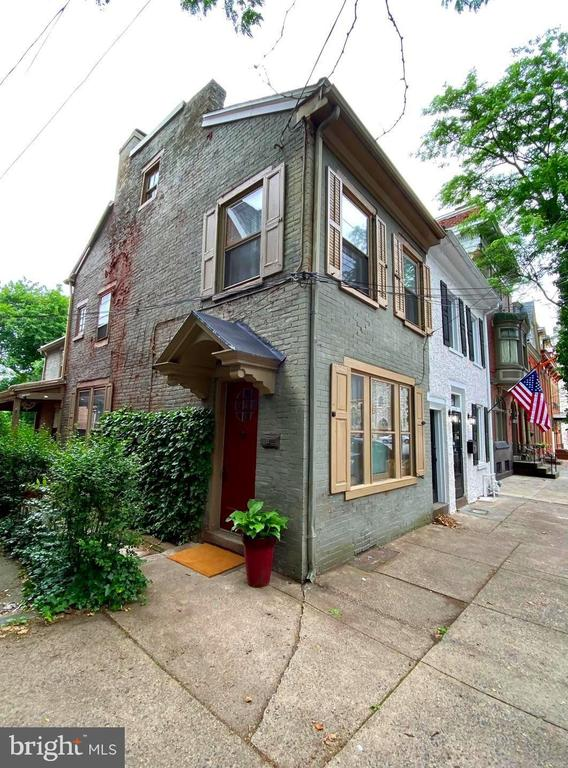 House view featured at 165 N Hanover St, Pottstown, PA 19464