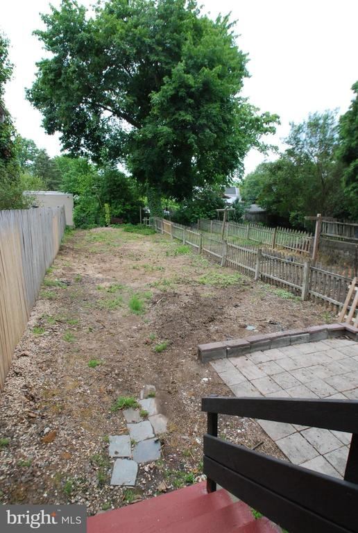 Yard featured at 165 N Hanover St, Pottstown, PA 19464