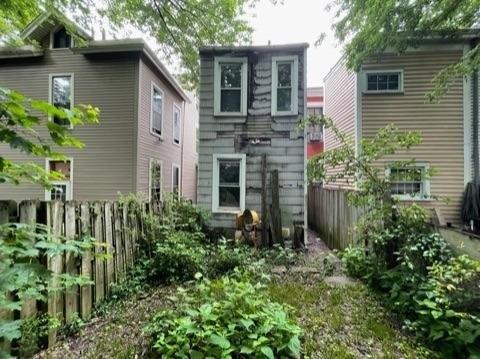 Yard featured at 762 Summit Ave, Cincinnati, OH 45204