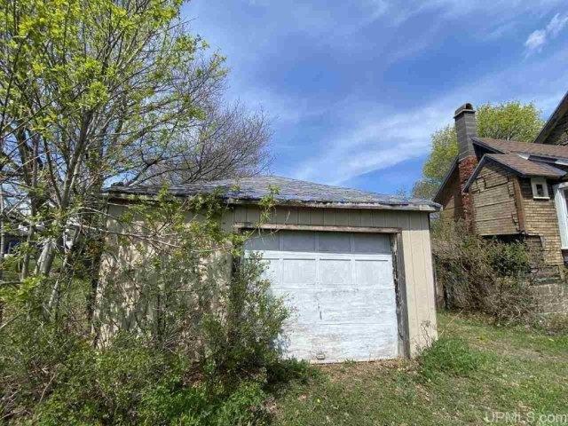 Garage featured at 25842 Cedar St, Calumet, MI 49913