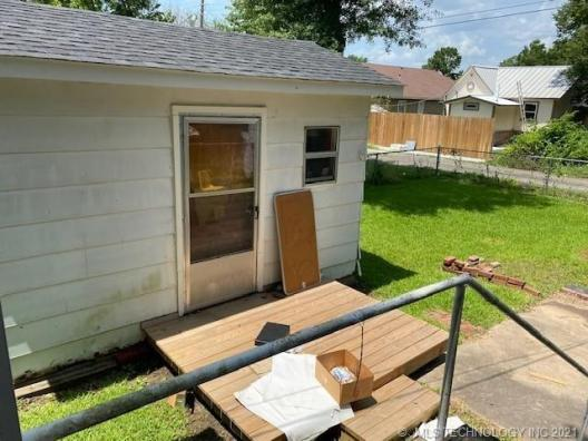 Porch yard featured at 409 E Seminole Ave, McAlester, OK 74501