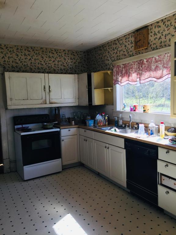 Kitchen featured at 4336 East Stone Gap Rd, Big Stone Gap, VA 24219