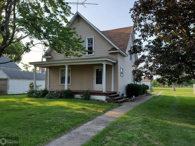 Porch yard featured at 204 Walnut St, Chelsea, IA 52215
