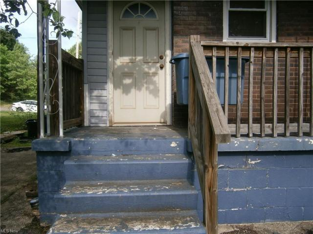 Porch featured at 126 S Pearl St, Youngstown, OH 44506