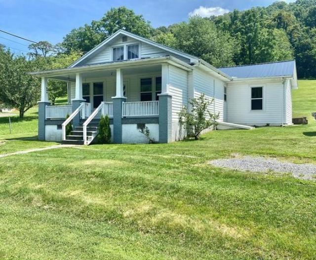 House view featured at 204 Creasey Rd, Bluefield, VA 24605
