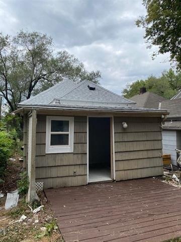 Garage featured at 61 S 11th St, Kansas City, KS 66102